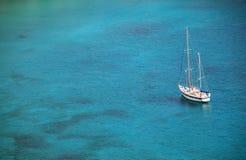 Yacht sur l'eau Image stock