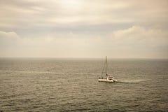 Yacht sur l'océan images libres de droits
