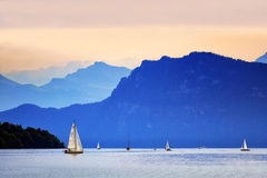 Yacht sur la luzerne de lac photo stock
