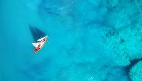 Yacht sur la mer de la vue supérieure Fond de l'eau de turquoise de vue supérieure Paysage marin d'été d'air images stock