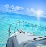 Yacht sur la mer tropicale photos stock