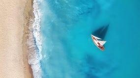 Yacht sur la surface de l'eau de la vue supérieure Fond de l'eau de turquoise de vue supérieure photos libres de droits