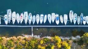 Yacht sur la surface de l'eau de la vue supérieure Fond de l'eau de turquoise de vue supérieure photo stock