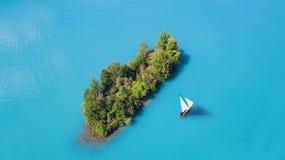 Yacht sur la surface de l'eau de la vue supérieure Fond de l'eau de turquoise de vue supérieure image libre de droits