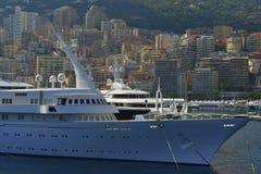 Yacht sur le coucher du soleil au Monaco Photographie stock