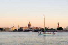 Yacht sur Neva River Photographie stock libre de droits