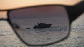Yacht tramite gli occhiali da sole Fotografia Stock Libera da Diritti