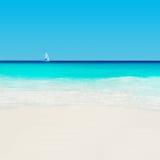 Yacht am tropischen sandigen Strand Anse Georgette, Praslin-Insel, S Stockfotografie