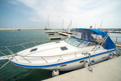 Yacht turistico al parcheggio dell'ancoraggio Sarafovo in Burgas, Bulgaria Immagine Stock