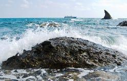 Yacht turistico vicino al litorale Fotografia Stock Libera da Diritti