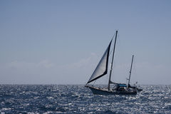 Yacht in un mare scintillante Immagine Stock