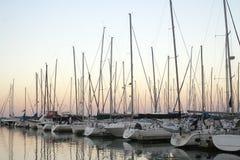Yacht in un porto al crepuscolo Fotografia Stock