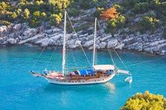 Yacht in una baia Fotografie Stock