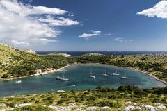 Yacht in una baia - Croazia Immagini Stock