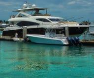Yacht und Angebot auf einem Beleg lizenzfreie stockfotografie