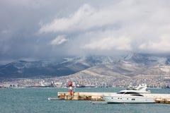Yacht und Boot nahe dem Pier stockfotos