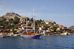 Yacht und Festung Lizenzfreies Stockfoto