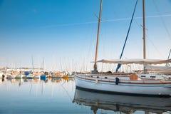 Yacht und Fischerboote in Cannes, Frankreich Stockbild