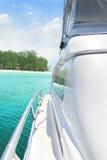 Yacht und Insel Lizenzfreie Stockfotos