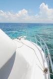 Yacht und Insel Stockfotografie