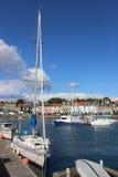 Yacht und kleine Boote, Anstruther-Hafen, Pfeife Lizenzfreies Stockfoto