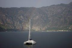 Yacht und Regenbogen Stockfotos