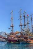 Yacht und Segelschiffe verankert im Hafen lizenzfreie stockbilder