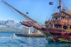 Yacht und Segelschiffe verankert im Hafen stockbilder