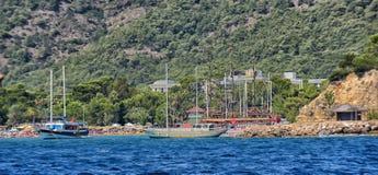Yacht und Segelschiffe verankert im Hafen lizenzfreie stockfotos