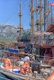 Yacht und Segelschiffe verankert im Hafen lizenzfreies stockfoto