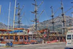 Yacht und Segelschiffe verankert im Hafen lizenzfreie stockfotografie
