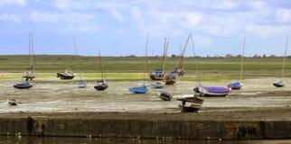 Yacht und Skiff. lizenzfreie stockfotografie