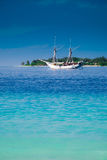 Yacht und Tropeninsel Stockbild