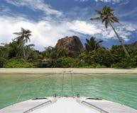 Yacht und tropischer Strand von Paradiesinsel. Lizenzfreies Stockfoto