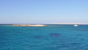 Yacht unter zwei Sandy Islands stock video footage