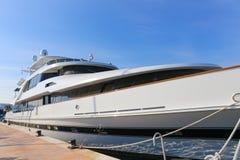 Yacht verankert im Hafen Pierre Canto in Cannes Stockbild