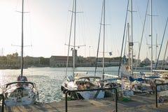 Yacht vicino ad un argine Fotografia Stock Libera da Diritti