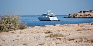 Yacht vicino alla costa a Ibiza Immagini Stock Libere da Diritti