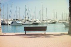 Yacht vicino alla riva nel porto, la città di Alicante fotografia stock libera da diritti