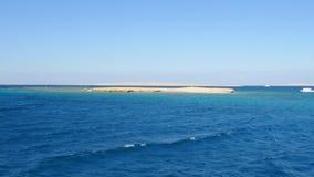 Yacht vicino alla scogliera archivi video