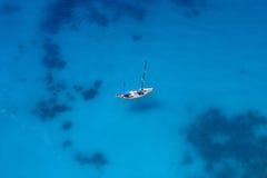 Yacht vom birdview Stockfotografie