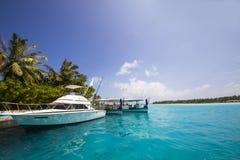 Yacht vor einer Insel Lizenzfreie Stockfotografie