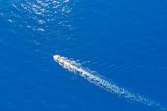Yacht voyageant au-dessus de la mer Méditerranée image stock