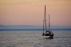 Yacht weg von Cushendall-Strand stockfotos