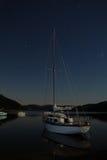 Yachtboot auf See Nachtlandschaft mit Sternen Stockfotografie