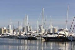 Yachtclub en wolkenkrabbers Royalty-vrije Stock Foto's