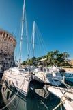 Yachten in altem Trogir beherbergten, adriatisches Meer, Kroatien Lizenzfreies Stockfoto
