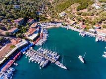 Yachten ancored in Insel Sivota-Bucht-Lefkas Griechenland Lizenzfreies Stockbild