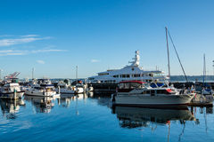 Yachten angekoppelt an Seattle-Pier 66 Lizenzfreie Stockfotografie