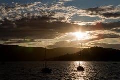 Yachten anslöt på pir i fjärden av Montenegro på solnedgången Arkivbilder